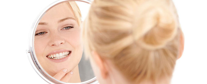 mujer delante espejo